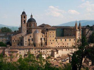Urbino-palazzo_e_borgo_800x390